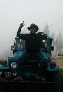 Pose menarik diatas Jeep di Gunung Bromo