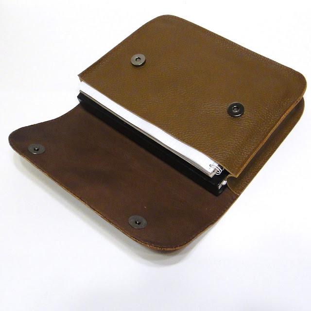 Коричневая кожаная папка для документов а5: цвет кожи, размер на усмотрение заказчика