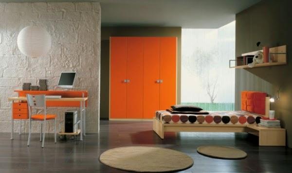 gris se ve adornado con acabados y accesorios naranjas que crean un