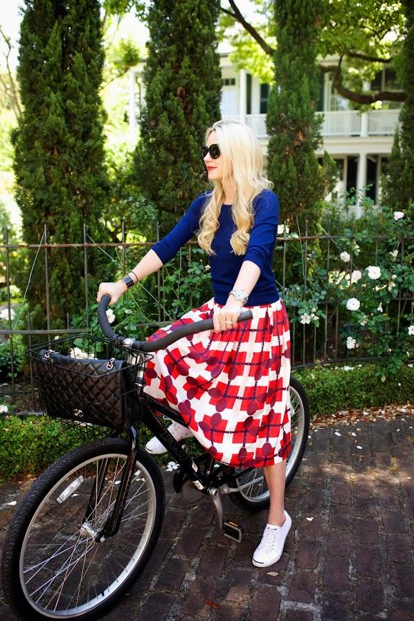 moda-roupas femininas-tênis-saia midi-blusa de frio-tênis feminino-blusa feminina-saia estampada-acessórios femininos-óculos de sol-moda feminina-roupas da moda-lojas de roupas-blusas da moda