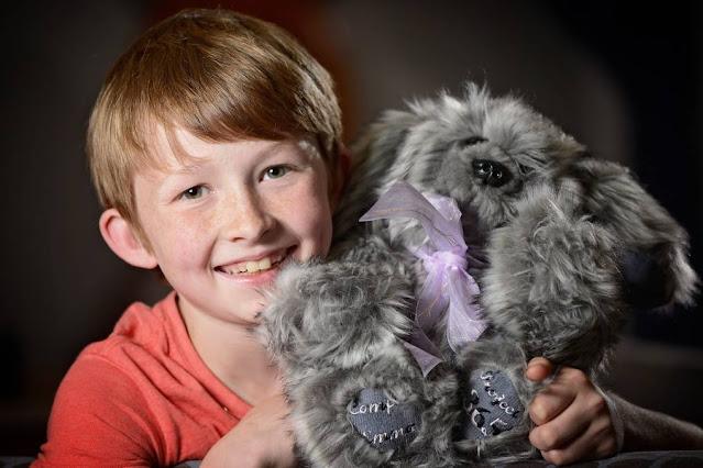 Спасибо родителям за такого чудесного ребенка: Мальчик шьет игрушки и дарит их больным детям