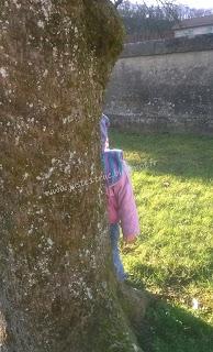 bambin jouer cache-cache jeu dehors dedans coucou