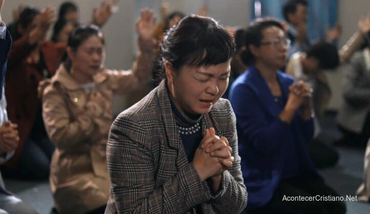 Cristianos en iglesia clandestina en China