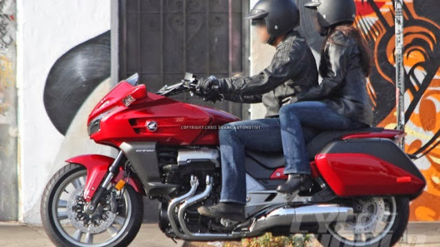 http://motorcyclesky.blogspot.com/images/news/gallery/honda-ctx1300-spied-shows-massive-f6b-dna_4.jpg?1383067466