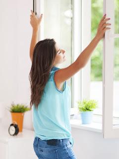 Chica abriendo ventana y posibilidades
