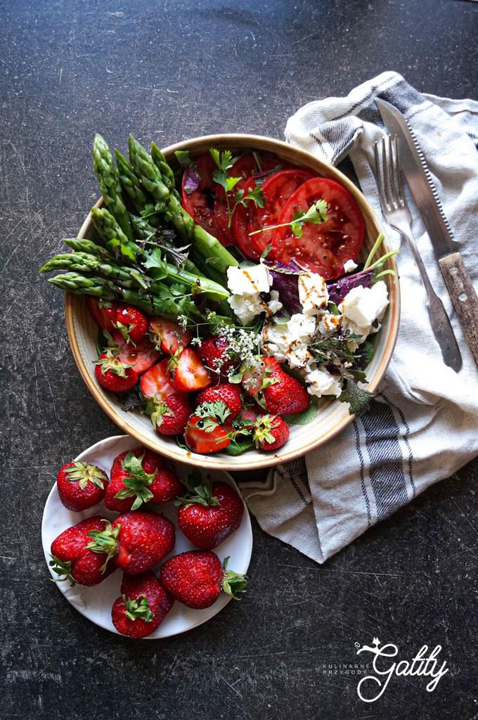 zielone-szparagi-czerwone-truskawki-salatka