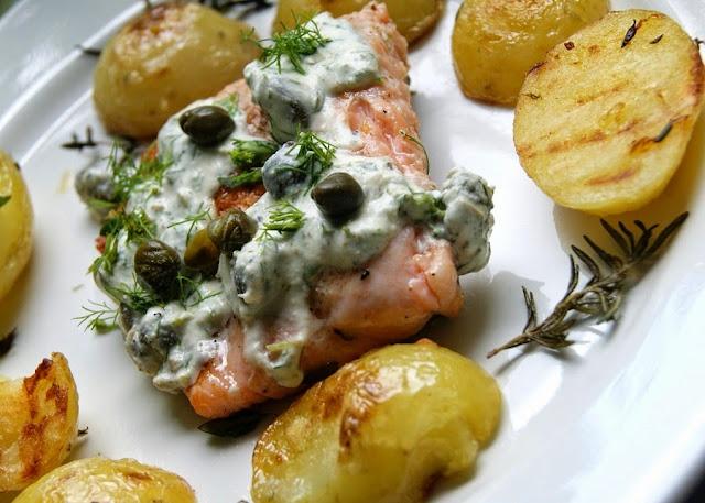 ziemniaki i łosoś z grilla i sos kaparowy
