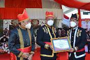 Hadiri HUT Provinsi, Bupati FDW Terima Penghargaan Jaminan Sosial Diserahkan Gubernur Olly