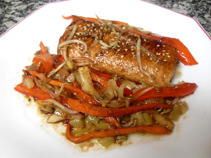 Salmón en adobo con soja y sésamo y verduras salteadas con soja al wok.