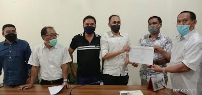 KRITISI BP2JK: Koalisi LSM NTB dan pengurus Gapeksindo NTB menyerahkan dokumen bukti kejanggalan evaluasi dokumen lelang oleh Panitia Kelompok Kerja BP2JK NTB.
