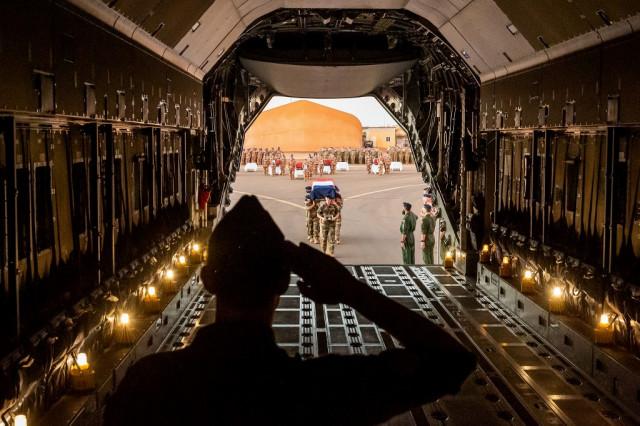 Katonai tiszteletadással búcsúztatta a Maliban elesett francia katonákat Macron