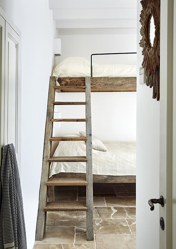 Estupenda litera con estructura y escalera de madera