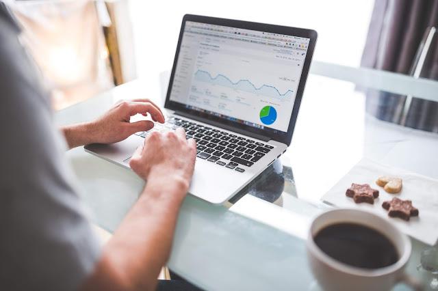 hình ảnh gồm một người, một máy tính đang sử dụng google analytics