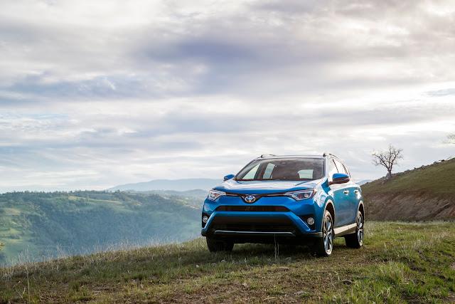 Front 3/4 view of 2018 Toyota RAV4 Hybrid SE AWD