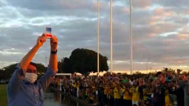 Bolsonaro volta a ter surto cloroquinal ao defender o kit Covid
