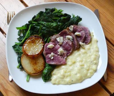Rinderfiletsteak auf Kartoffel-Gorgonzola-Stampf mit karamellisierten Birnen und Spinat