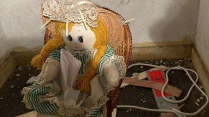 """Homem acha boneca com recado """"assustador"""" em parede de casa nova"""