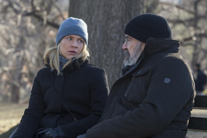 Carrie y Saul en 'Sock Puppets'