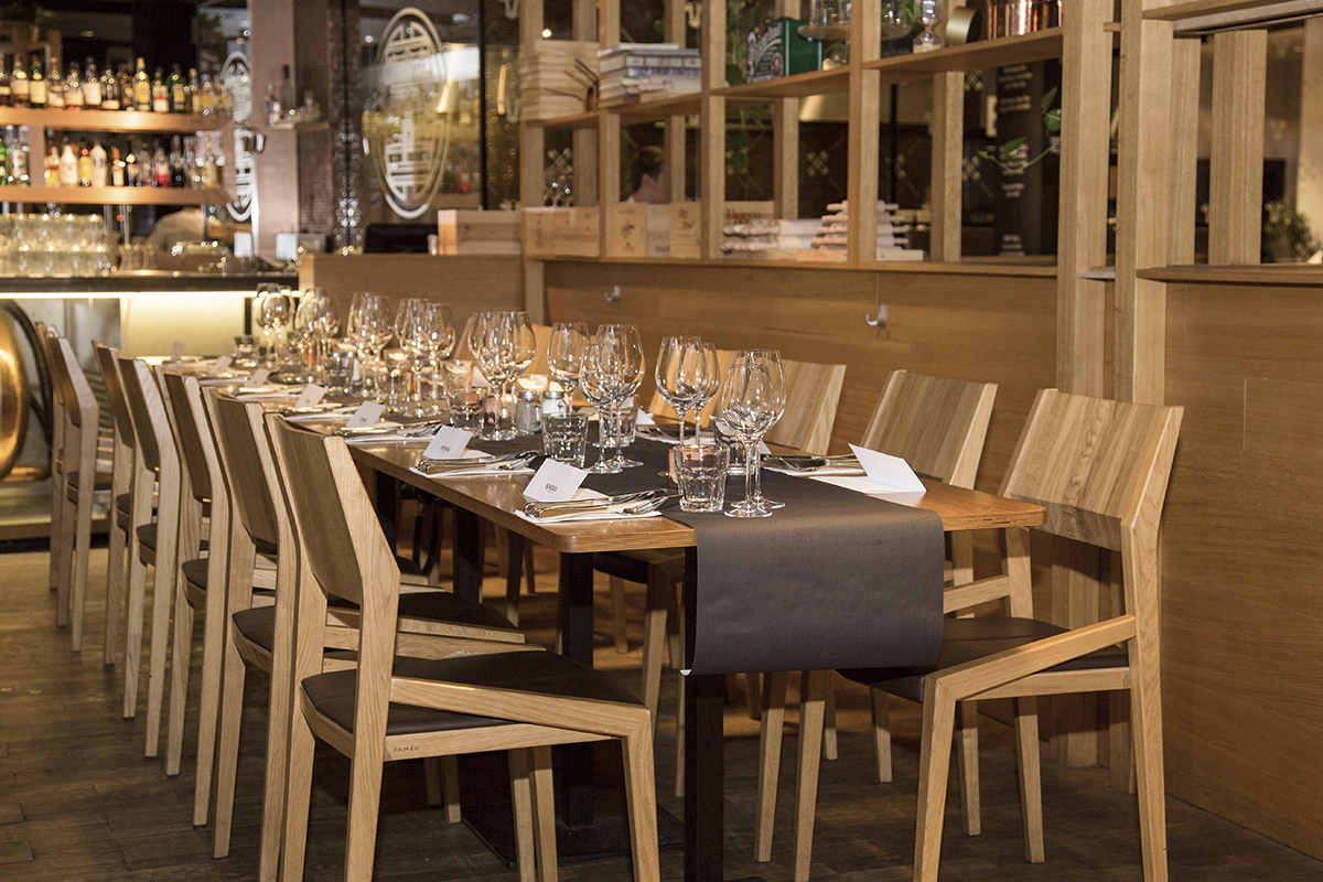 stol-z-kieliszkami