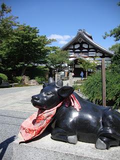 una statua raffigura un toro all'ingresso del tempio