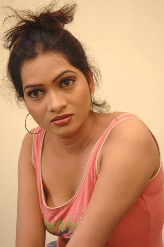 Pallavi Spicy Cleavage Show  Tv Actress Pallavi In