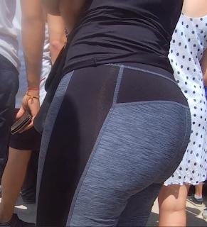 Guapa señora pantalones yoga pegados