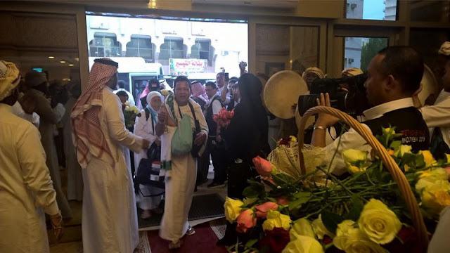 Foto: Tiba di Madinah, Jamaah Haji Indonesia Disambut Siraman Bunga Dan Shalawat Badar
