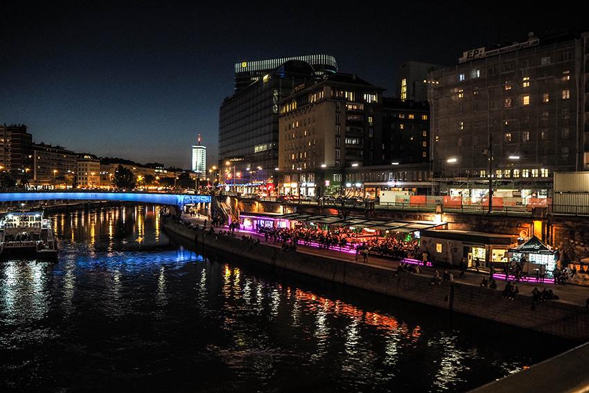 Donaukanal mit seinen Bars bei Nacht