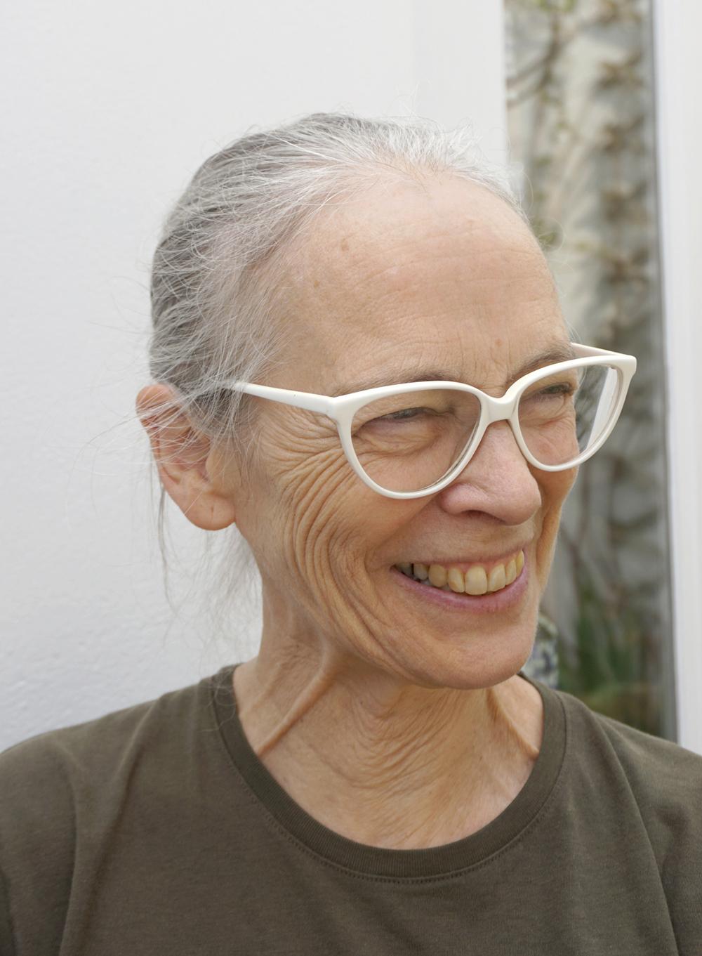 Caroline Broadhead  sonriendo en fotografía para Autor punto ro