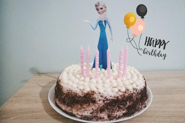 Księżniczkowy tort urodzinowy z Elzą - kakaowy biszkopt + krem truskawkowy z mascarpone