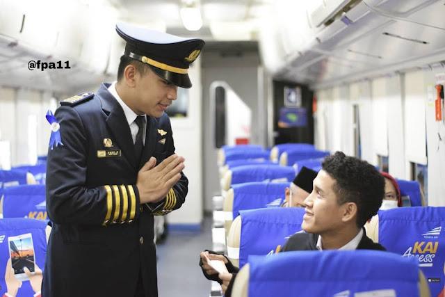 Kondekturkai , kondektur kereta api , kondektur KAI , apa tugas kondektur kereta api , berapa gaji kondektur kereta api , bagaimana cara menjadi kondektur kereta api Diterjemahkan dari bahasa Inggris-Konduktor atau penjaga adalah anggota awak kereta yang bertanggung jawab atas tugas operasional dan keselamatan yang tidak melibatkan pengoperasian kereta / lokomotif yang sebenarnya - Pengertian Kondektur - Apa tugas kondektur Kereta Api -