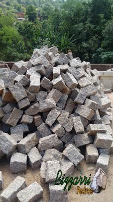 Pedra de granito bruto para ser cortada para execução de paralelepípedo tipo folhetinha de pedra.