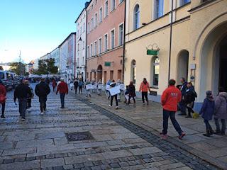 Querdenker Aktivisten am Stadtplatz Traunstein