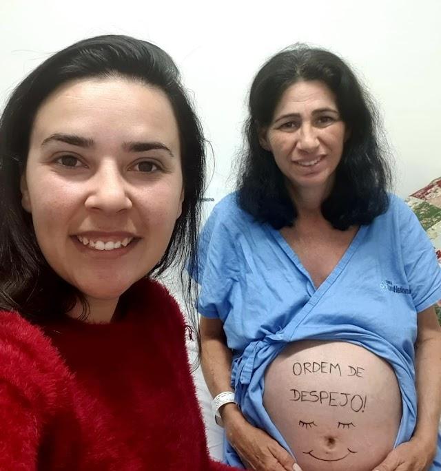 Professora é barriga solidária da própria filha e dá à luz neta; 'Não tem como mensurar o tamanho do amor', diz filha