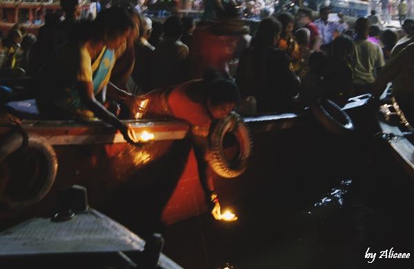 Dashashwamedh-Ghat-slujba-Varanasi-India-impresii