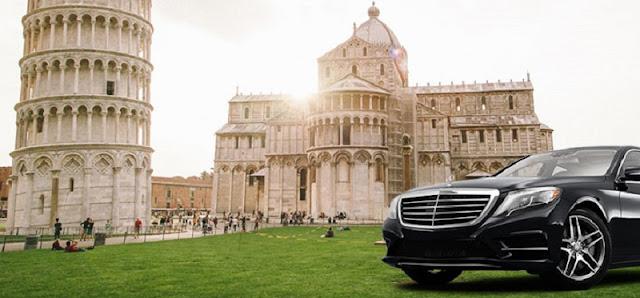 Carro na Piazza del Duomo em Pisa