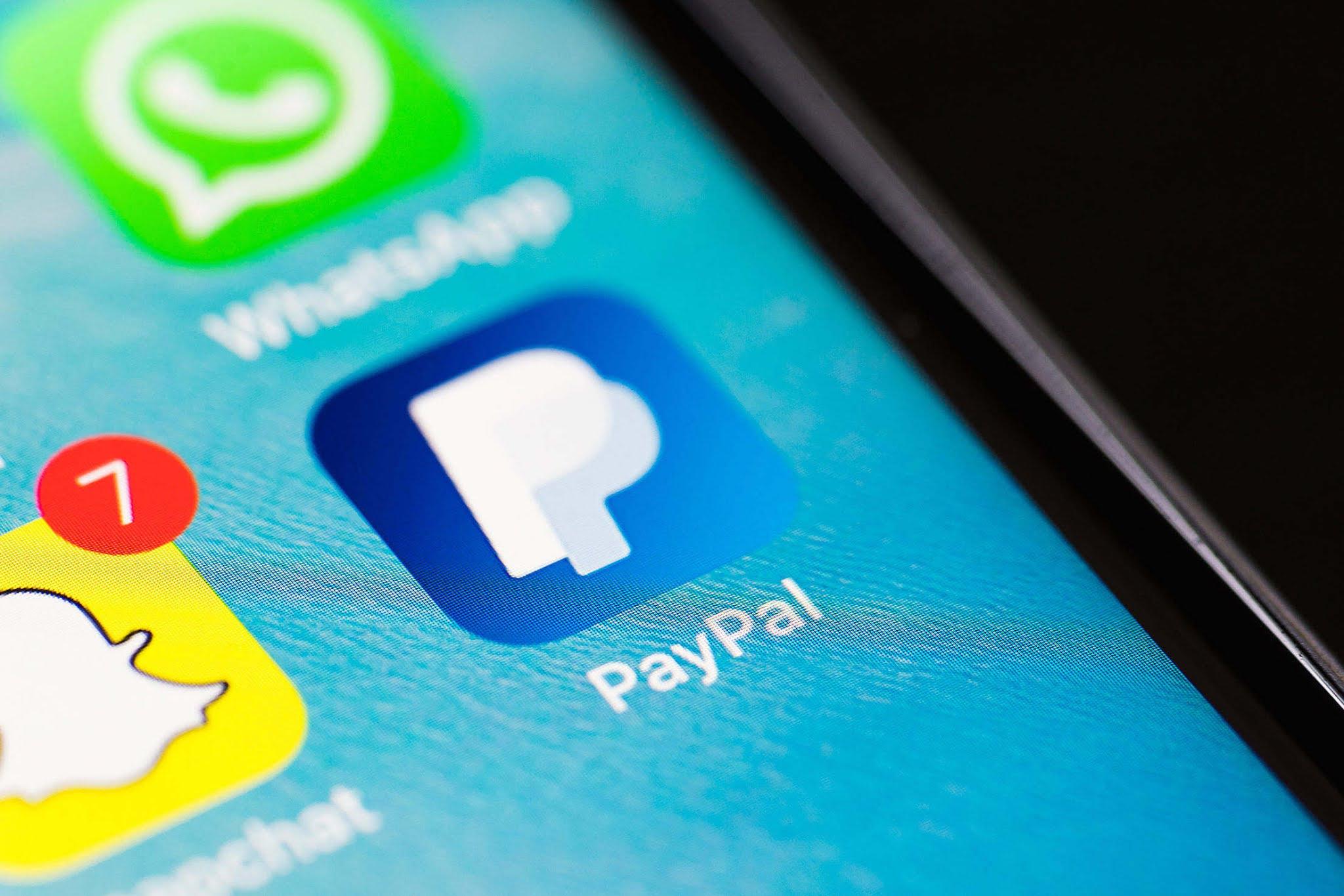 Aplikasi Paypal di telefon bimbit melalui Google Play Store atau App Store