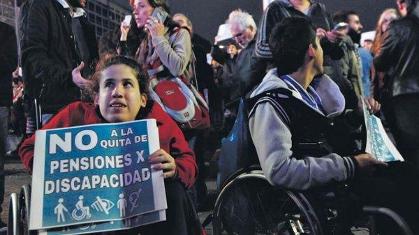 Gobierno argentino deja sin pensión a menores y discapacitados