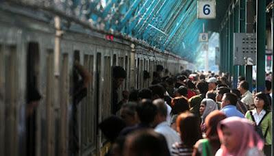 kondisi commuter line penuh sesak penumpang banyak sekali antri