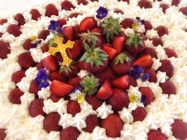 #rippijuhlat #rippijuhlakakku #mansikkakakku #leivonta #kakku #kermakakku #levykakku #isokakku #resepti #mansikka #strawberry #strawberrycake #creamcake #ripp