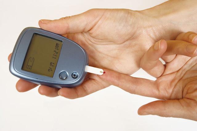 Lecteur de glycémie à test automatique pour mesurer la glycémie chez les patients atteints de diabète sucré.