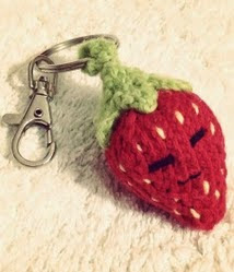 http://translate.google.es/translate?hl=es&sl=en&tl=es&u=http%3A%2F%2Ffreecuteknit.com%2Fstrawberry-keychain-keyring-small-stuffed-toy-cute-free-knitting-patterns%2F