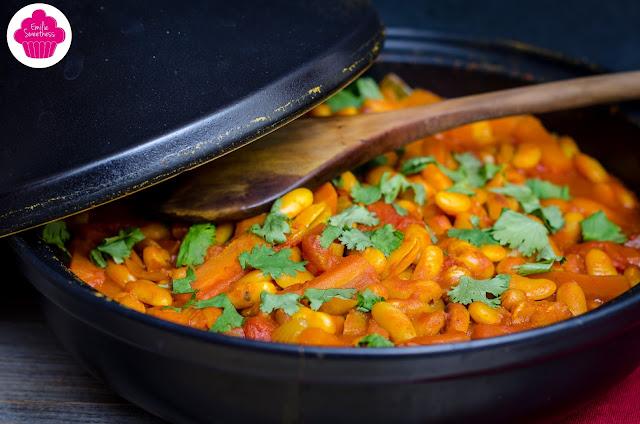Tajine végétarien aux haricots lingots, aux tomates, aux carottes et à la coriandre