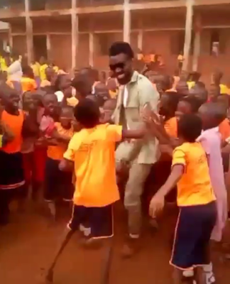 Funny video: Young school kids mistake a youth corps member for singer, Phyno. Please watch