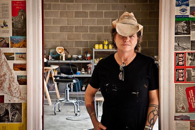 Norma Jeanne Maloney đứng bên ngoài studio Texas.