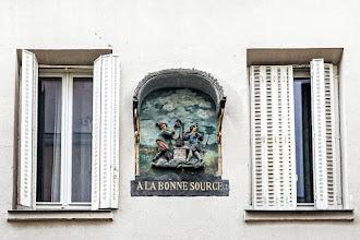 Paris : A la Bonne Source, une enseigne du XVIIIème siècle au 122 rue Mouffetard - Vème