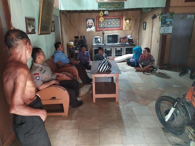 Pemdes Desa Kedungringin Serahkan Bantuan Kepada Korban Angin Puting Beliung