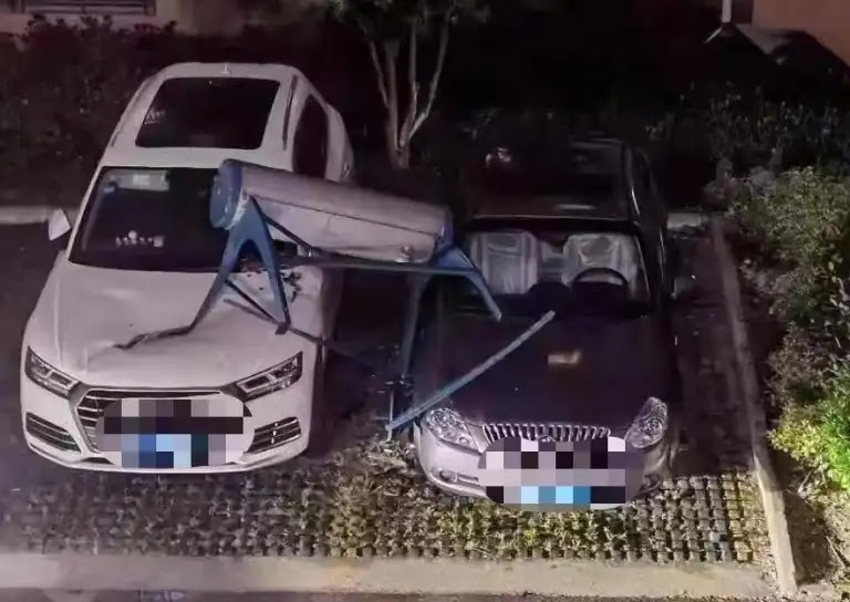 Horrifying footage and scenes of winds and thunderstorms strangely hitting Nantong, Jiangsu Province, in eastern China