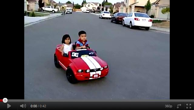 Este Nino Si Que Sabe Manejar Un Auto De Juguete Rincon Abstracto