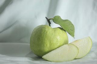 अमरूद है अमृत फल - आर्युवेद , Health benefits of Guava in Hindi, अमरूद खाने के फायदे, Guava Benefits, amrood ke fayde,  अमरूद खाने से मिलेंगे अनेक फायदे